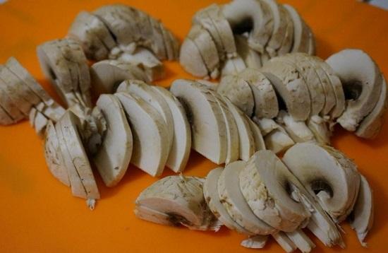 Нарезаем грибочки пластинами или кубиками