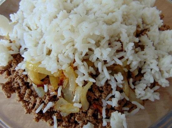 добавляем измельченные яйца и отварную рисовую крупу