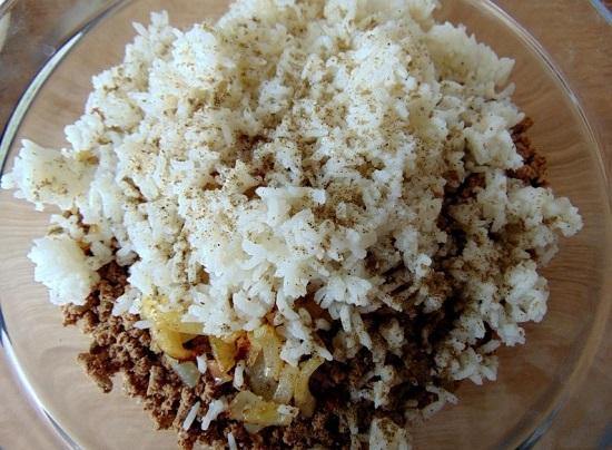Добавляем соль и смесь молотых перцев