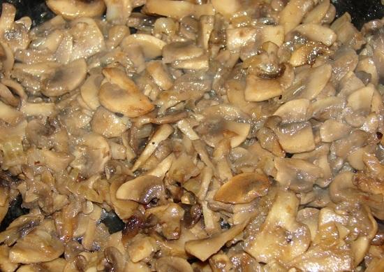 Обжарим грибы и лучок на среднем уровне конфорки