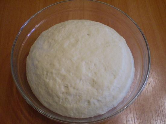 Вынимаем тесто и обминаем его слегка