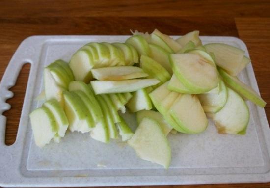 Вырежем сердцевинки и нарежем яблочки