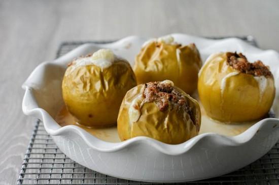 Печеные яблоки с творогом в духовке