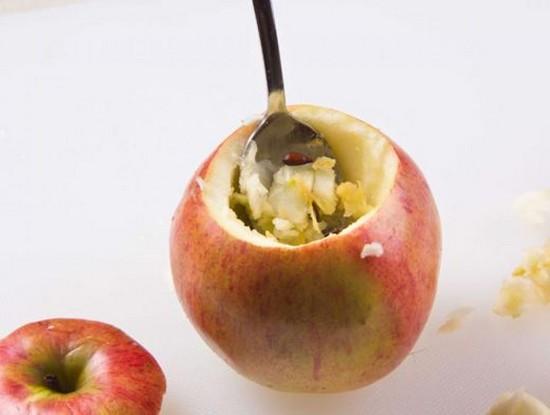 Ножом снять верхушку с каждого яблока
