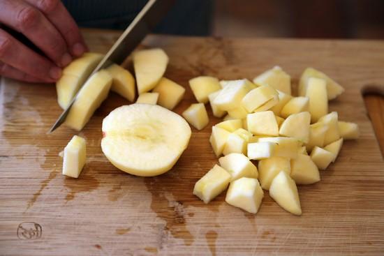 Яблоки очистите, порежьте кубиками