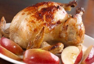 Как запечь курицу с яблоками в духовке?