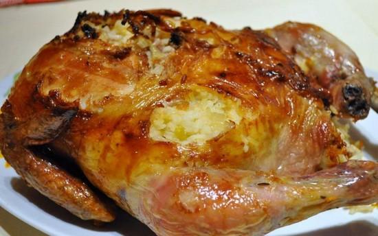 Фаршированная яблоками курица в духовке в рукаве