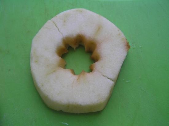 Удалите у яблок семенную часть