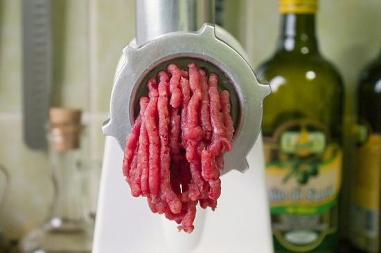 Прокрутить через мясорубку оба вида мяса