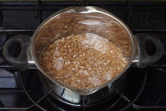 Гречневую крупу залейте водой, варите полчаса