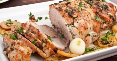 Как запечь свиную лопатку в духовке?