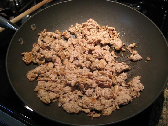 Выложите на сковороду и подрумянивайте с маслом