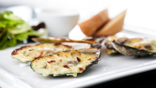 Закусочные мидии в духовке с сыром и чесноком