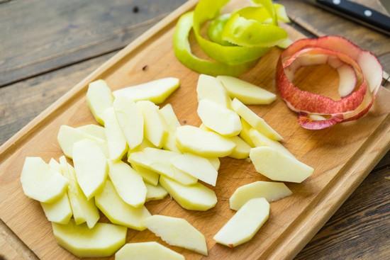 Яблоки очистить, порезать дольками