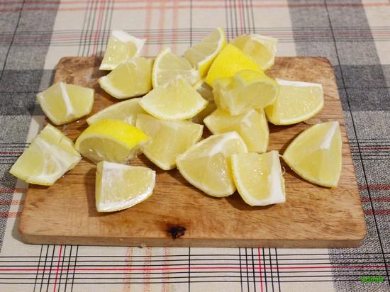 Лимон (кожуру не снимать) нарежьте