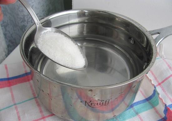 Развести в прохладной кипяченой воде сахар и соль
