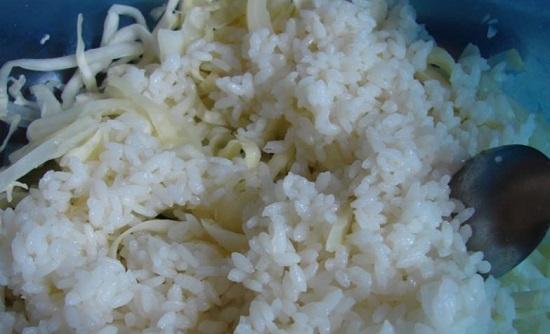 смешайте отваренный рис с капустной нарезкой