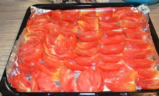 уложите дольки томатов срезом вверх