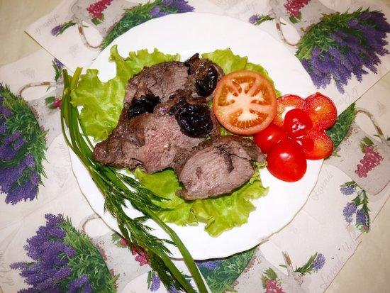 Сочная говядина с черносливом, запеченная в духовке