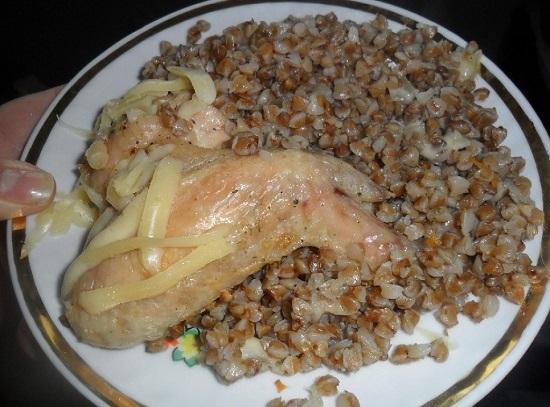 Рецепт гречки с куриными бедрышками в духовке