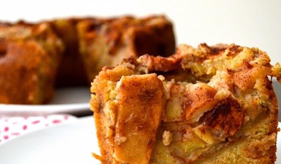 бисквит со сливами и яблоками