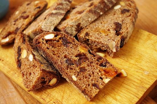 Цельнозерновой хлеб с курагой изюмом орехами