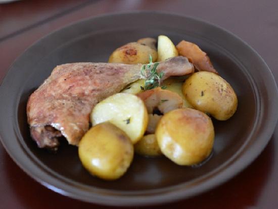 Утиные окорочка в духовке с картошкой