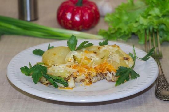 минтай, запеченный с картофелем в духовке