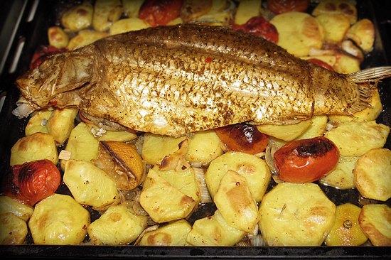 Карп в духовке с картошкой и томатами