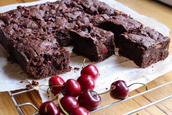Шоколадный кекс с вишней на кефирном тесте