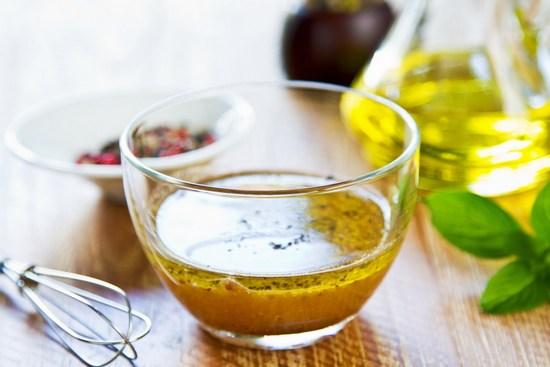 Масло с соевым соусом взбейте вилкой