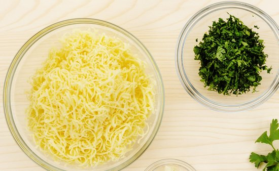 сыр, смешать с парой взбитых яиц и кинзой