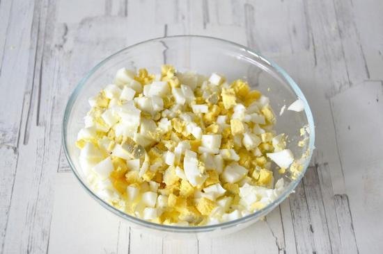 яйца очистите, нарежьте мелкими кубиками